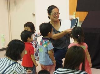 写真は前期 絵本を読んでくれる参加者のママ.jpg